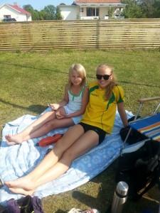 Agnes o Ebba njuter i solen på Öland