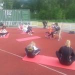 Carina styr upp styrkepasset som avslutar träningen.